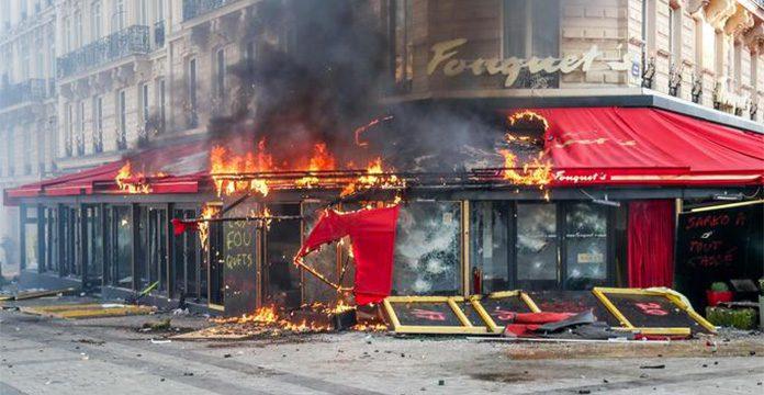 """""""Gilets jaunes"""": un acte 18 marqué par un fort regain de violences à Paris - VIDEO"""