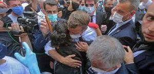 le Président de la République Française réconfortant une libanaise victime des explosions